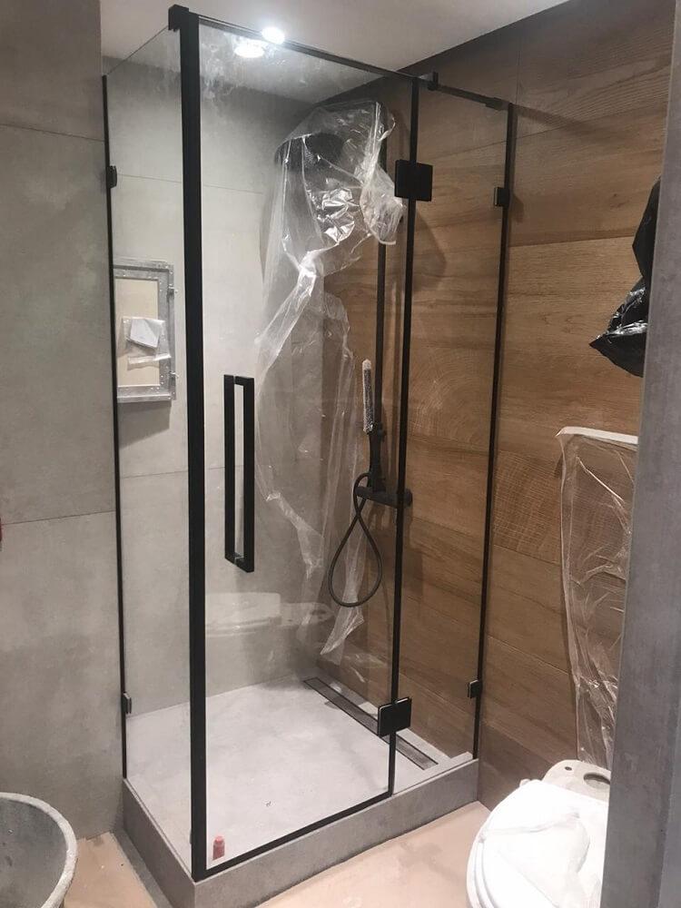 Душевая кабина 90 градусов с распашной дверью и черной фурнитурой