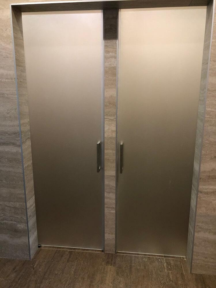 Матовые стеклянные двери в душ