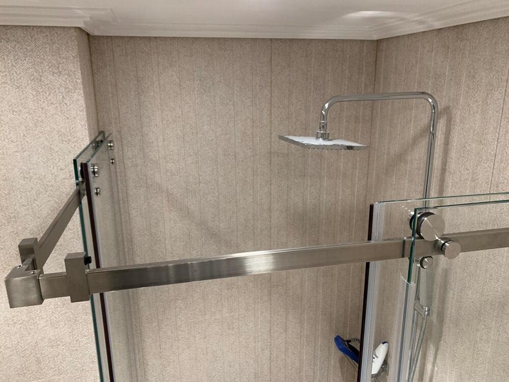 Откатной механизм для стеклянных дверей в душевую